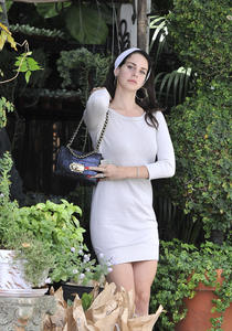 http://img158.imagevenue.com/loc574/th_158963541_LanaDelRey_OAHollywood_October11_2012_17_122_574lo.jpg